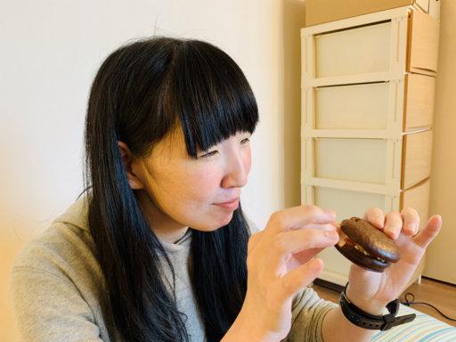 チョコパイを食べる